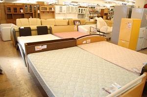 コスモスペースではベッド・こたつ・ドレッサー・学習机・カウンターなどの多くの家具を出張買取しています!