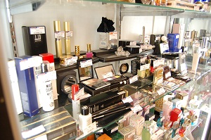 コスモスペースでは香水・コスメ・メイク道具・リップグロス・口紅・ファンデーションなどを販売をしています!