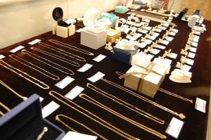 コスモスペースでは金・プラチナ製品のアクセサリーを販売をしています!
