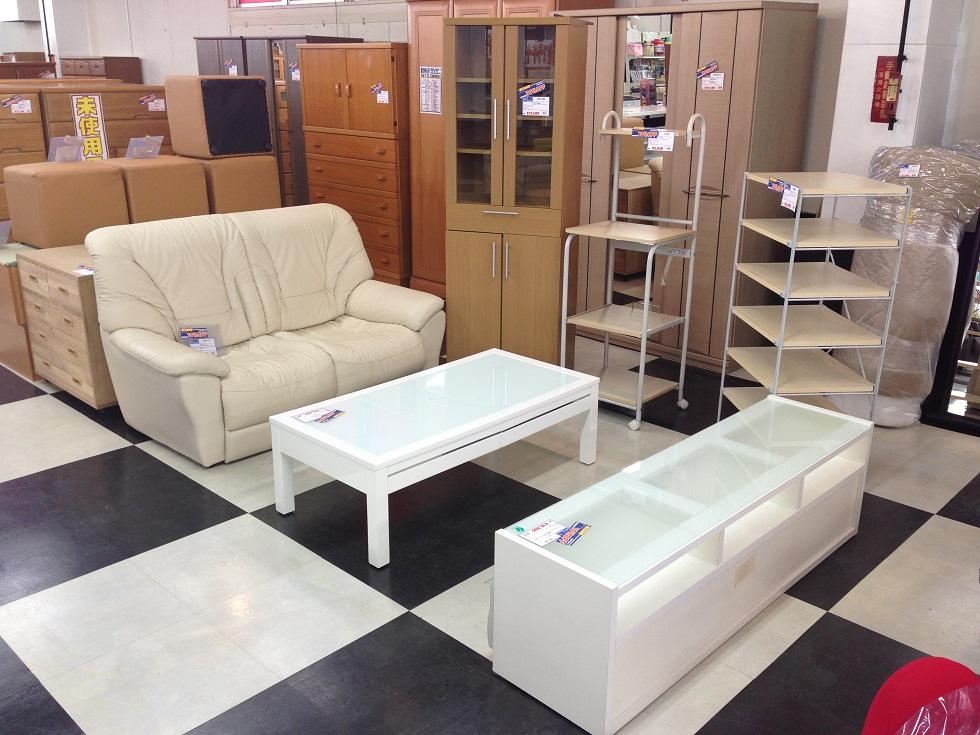 白基調のテレビ台・センターテーブル・ソファーの写真