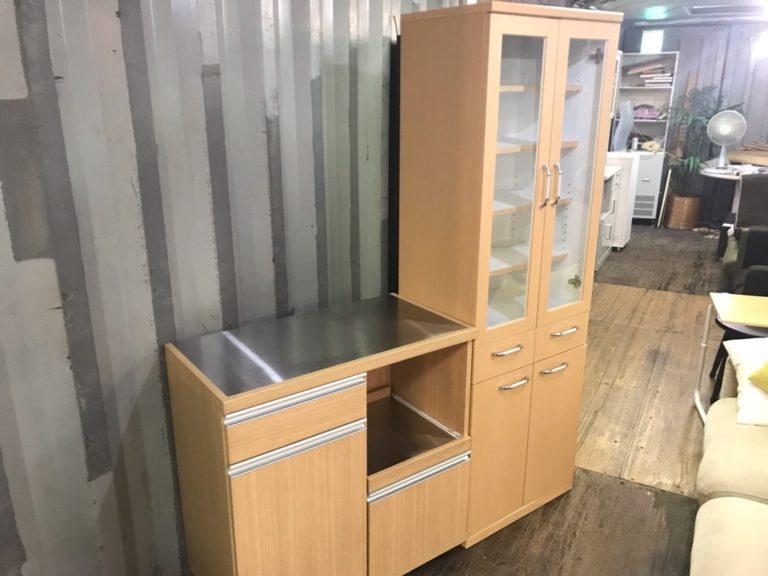 食器棚とキッチンカウンター