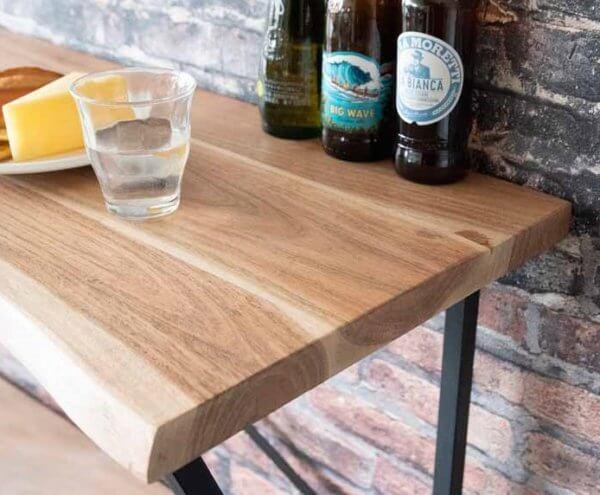 木目の綺麗なインテリアテーブル